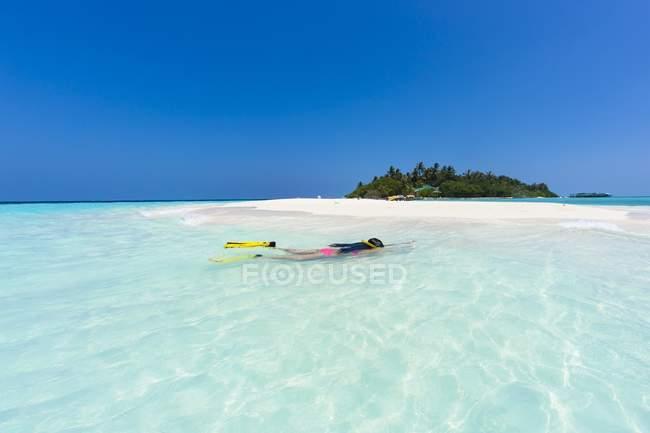 Maledives, giovane donna che fa snorkeling in una laguna — Foto stock