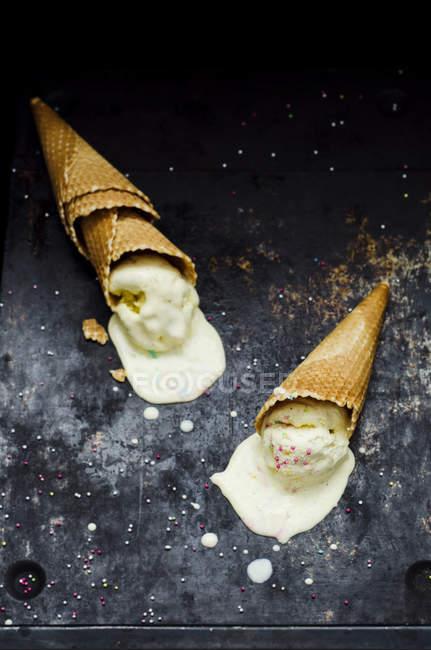 Розплавлений ванільне морозиво конуса у вафельних ріжків із бризкає, крупним планом — стокове фото