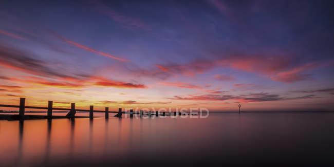Reino Unido, Escócia, Edimburgo, Portobello, pôr do sol na praia com quebra-mar — Fotografia de Stock