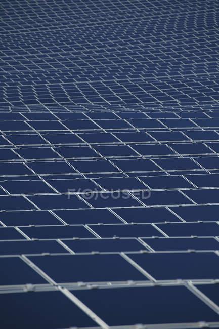 Крупный план современных солнечных панелей при дневном свете, Бавария, Германия — стоковое фото