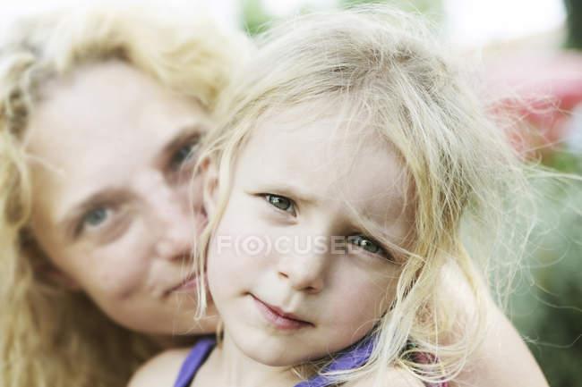 Портрет дівчині зі своєю матір'ю, крупним планом — стокове фото