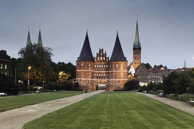 Alemanha, estado de Schleswig-Holstein, Luebeck, Igreja de saint petri ao entardecer — Fotografia de Stock