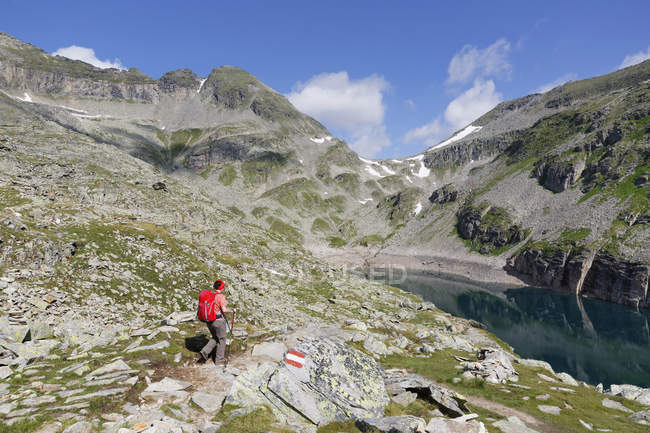 Austria, Carinthia, Obervellach, Upper Tauern, Reisseckgruppe, Kleiner Muehldorfer See, female hiker on the way — Stock Photo