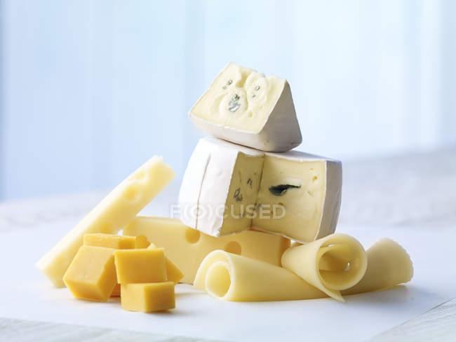 Sélection de Cheddar, fromage bleu et fromage Emmental sur table en bois — Photo de stock