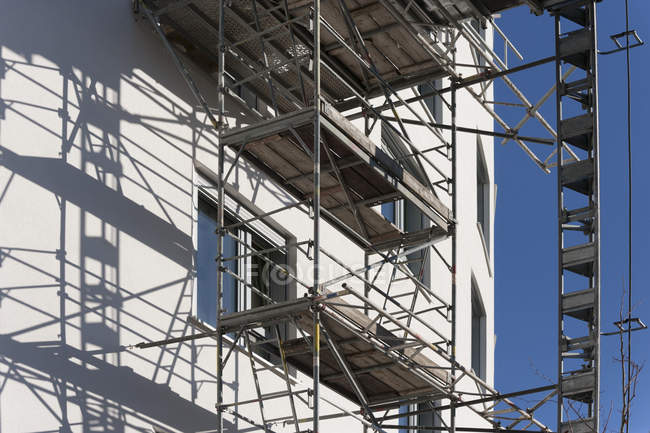Germany, Bavaria, Munich, scaffold at facade of apartment tower — Stock Photo