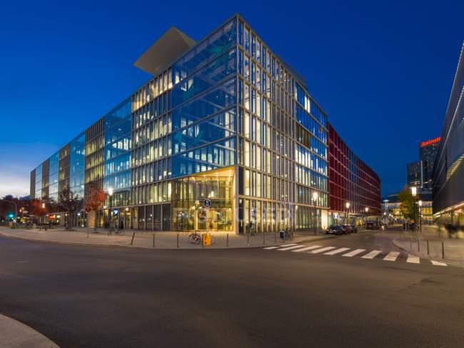 Alemanha, Hesse, Frankfurt, bairro europeu, banco Bnp Paribas à noite — Fotografia de Stock