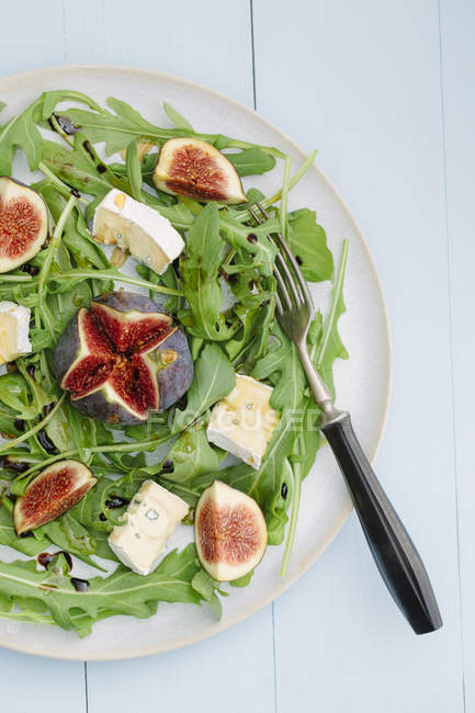 Salad with rocket, figs and blue cheese — Stock Photo