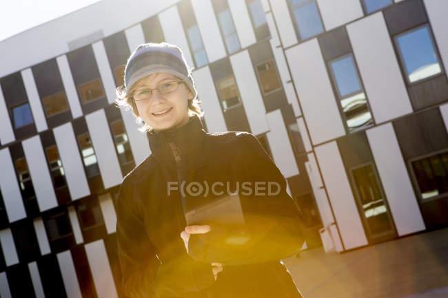 Adolescente sorridente con tablet PC all'aperto — Foto stock