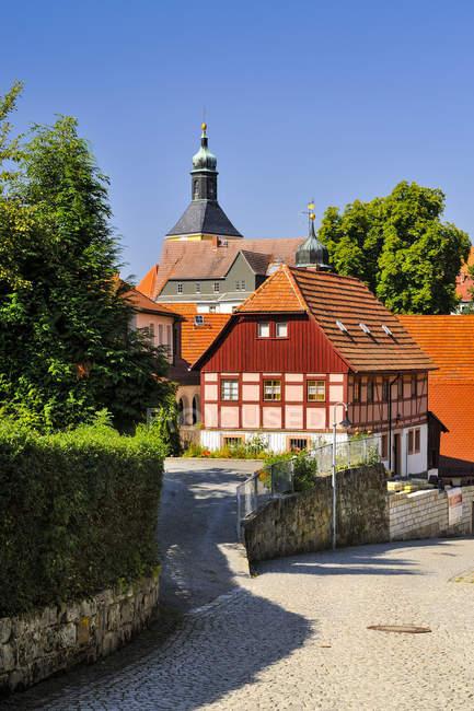 Alemania, Sajonia, Hohnstein, Townscape con iglesia parroquial - foto de stock
