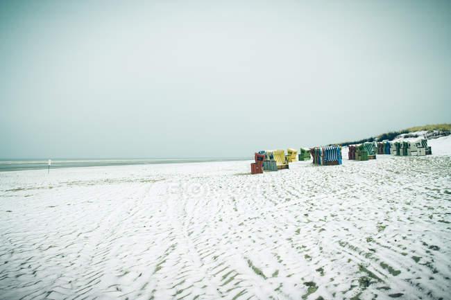 Cadeiras de praia de Alemanha, Baixa Saxónia, na praia de Langeoog durante o dia — Fotografia de Stock