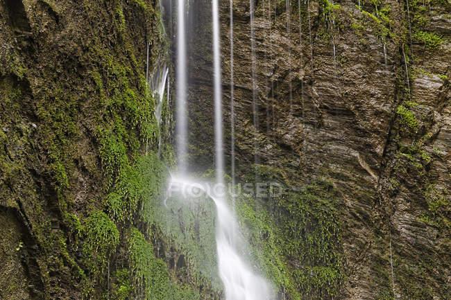 Австрия, Штирия, Вид на водопад в Энс против зеленых скал — стоковое фото