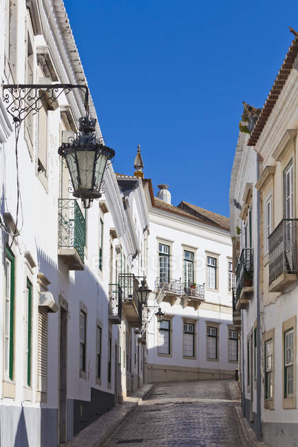 Portugal, Faro, View of typical old town street with white houses — Stock Photo
