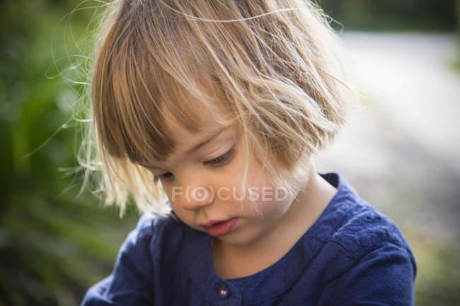 Retrato de menina olhando para baixo — Fotografia de Stock