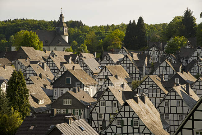 Allemagne, Rhénanie-du-Nord-Westphalie, région de Siegerland, centre-ville historique, maisons à colombages pendant la journée — Photo de stock