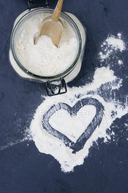 Coração em forma de composto de farinha de trigo, closeup — Fotografia de Stock