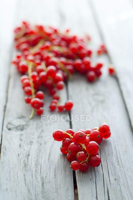 Свежей красной смородины на деревянный стол — стоковое фото