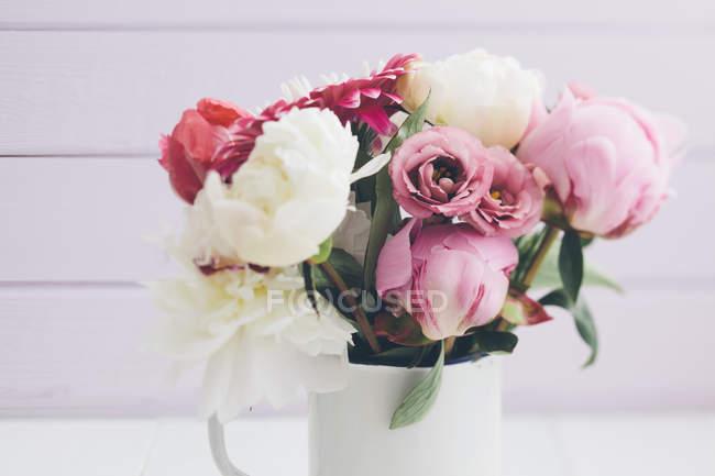 Closeup de vaso branco com buquê de flores de verão na mesa — Fotografia de Stock