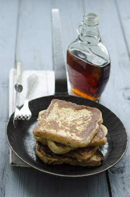 Крупным планом французского тосты с кленовым сиропом на столе с столовые приборы — стоковое фото