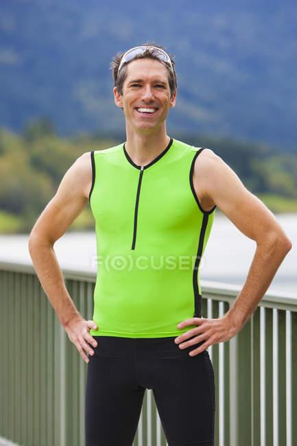 Чоловічий бігун, посміхаючись на камеру — стокове фото