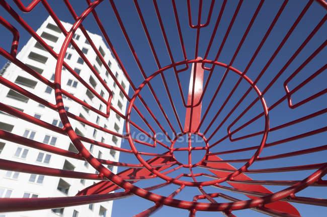 Germania, Baviera, Monaco di Baviera, cornice rossa davanti alla torre dell'appartamento — Foto stock