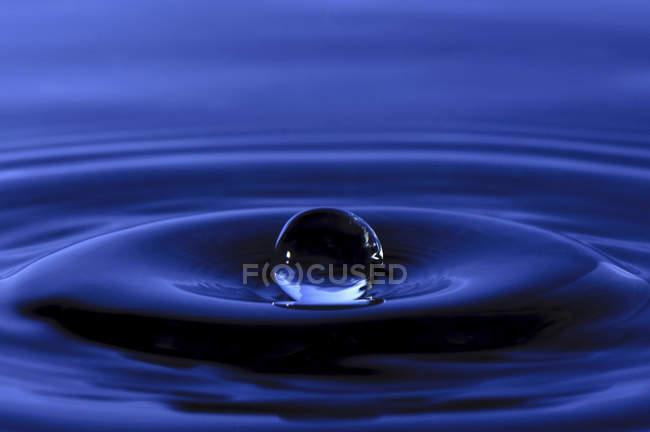 Краплі води на синьому фоні — стокове фото
