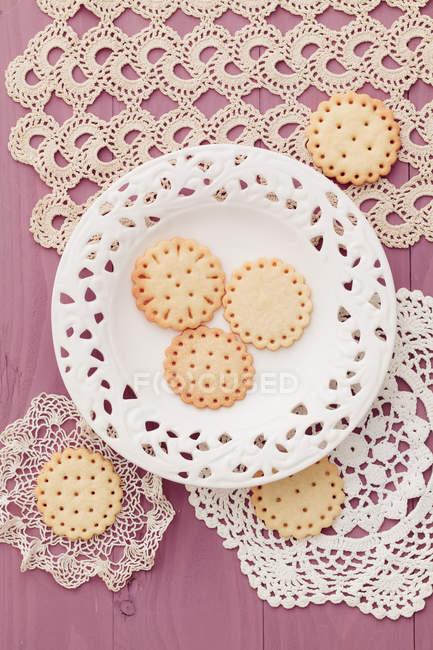 Сдобное печенье с обнаженные дизайн на скатерти крючком — стоковое фото