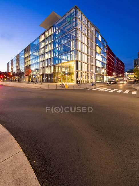 Deutschland, Hessen, Frankfurt, Europaviertel, Bank Bnp Paribas am Abend — Stockfoto