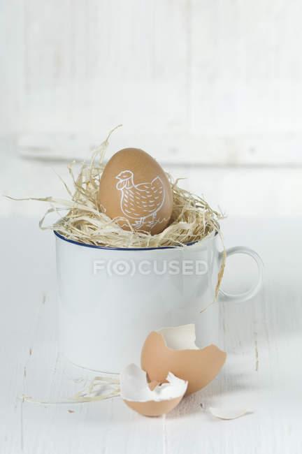 Ovo de Páscoa pintado em ninho de palha, close-up — Fotografia de Stock
