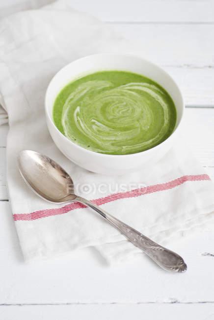Bärlauch-Suppe in Schüssel auf Serviette mit Löffel — Stockfoto