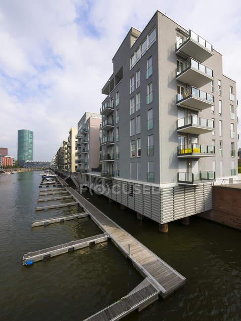 Germany, Hesse, Frankfurt, Modern luxury apartments at Westhafen — Stock Photo
