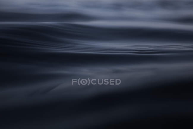 Onde oscure dell'oceano vista da vicino — Foto stock