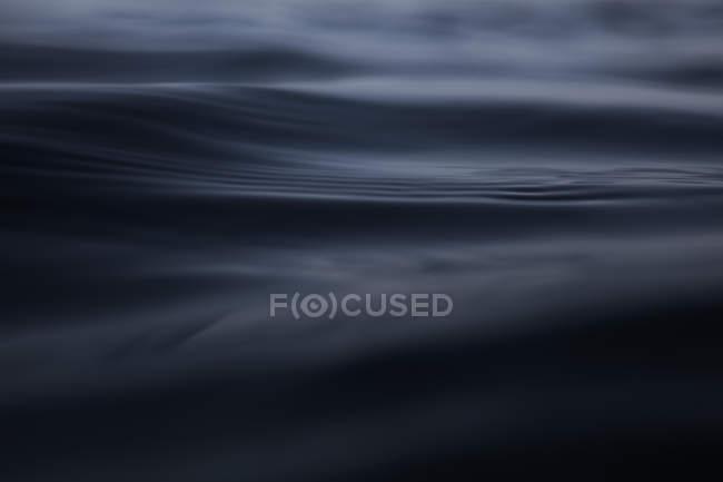 Nahaufnahme dunkler Ozeanwellen — Stockfoto