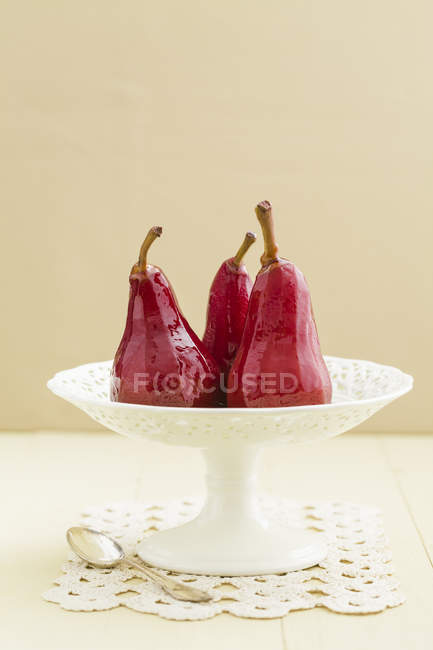 Poires pochées au vin rouge sur cake stand — Photo de stock