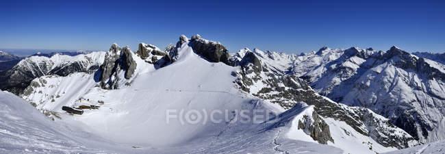 Vue panoramique du massif des Karwendel à la lumière du jour, Bavière, Allemagne — Photo de stock