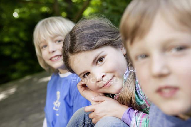 Портрет дівчата і хлопці на майданчику, посміхаючись на камеру — стокове фото
