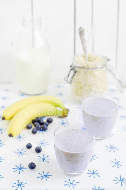 Blueberries with bananas and oat flakes shake for breakfast on table, close up — Stock Photo