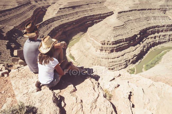USA, Utah, coppia seduta a guardare Goosenecks e San Juan River dal punto di vista — Foto stock