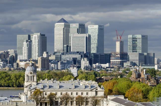 Сполучене Королівство, Лондон, вид старого Королівського військово-морського училища та фінансовий район — стокове фото