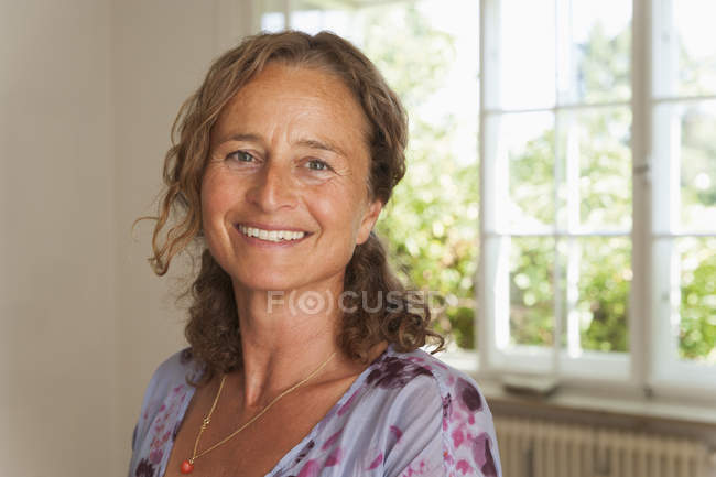 Portrait de femme mûre, souriante — Photo de stock