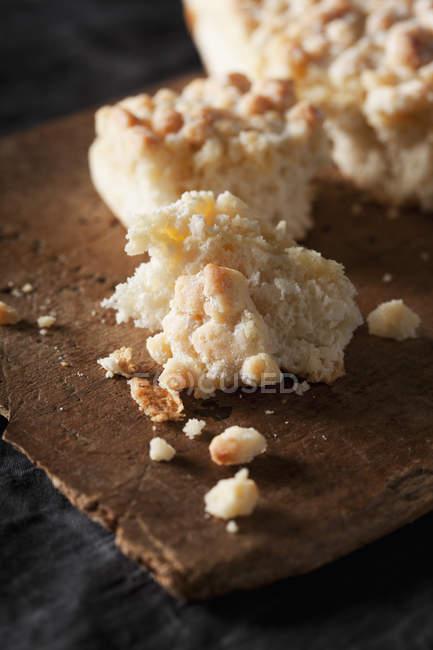 Раскрошить торт на разделочная доска, крупным планом — стоковое фото