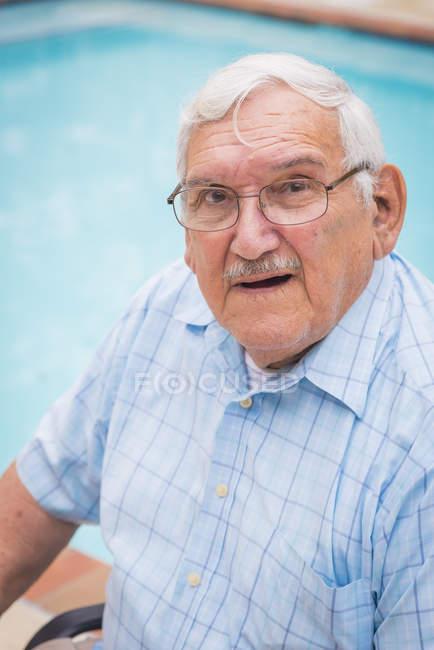 Retrato de homem sênior em copos — Fotografia de Stock
