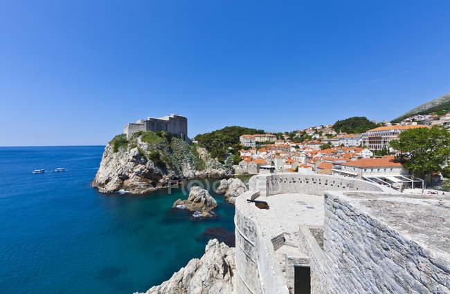 Croácia, Dubrovnik, Vista de Fort Lovrijenac e cidade velha pelo mar — Fotografia de Stock