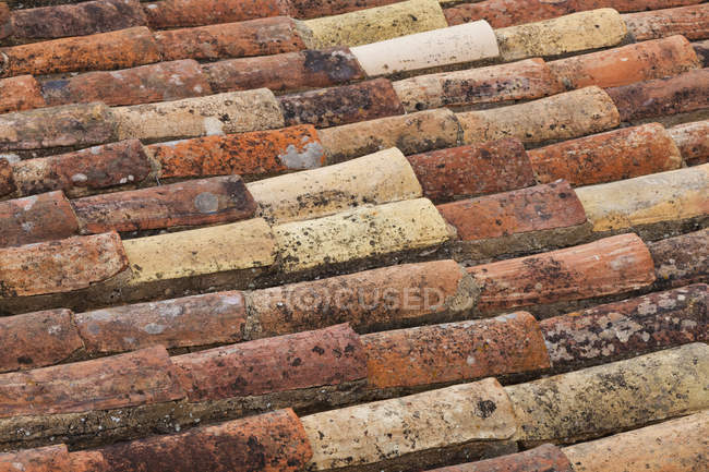 Old bricks roof texture, closeup at daytime — Stock Photo