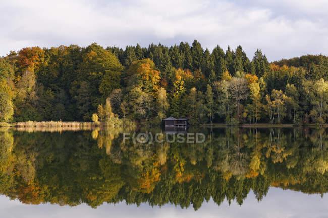 Vista del lago Haarsee durante el día, Weilheim, Alta Baviera, Alemania - foto de stock