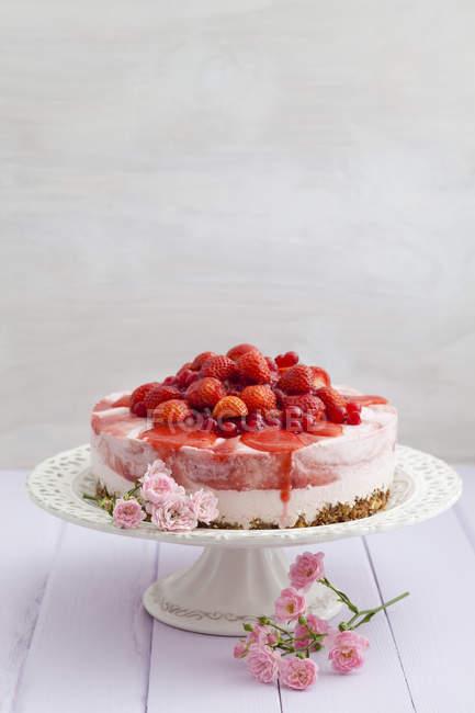 Erdbeer-Käsekuchen mit frischen Erdbeeren und Johannisbeeren auf Etagere — Stockfoto