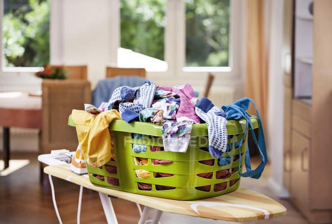 Одягу в пральню корзини в приміщенні — стокове фото