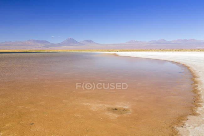 Chile, Atacama-Wüste, Laguna Tebinquinche mit Hügeln im Hintergrund — Stockfoto