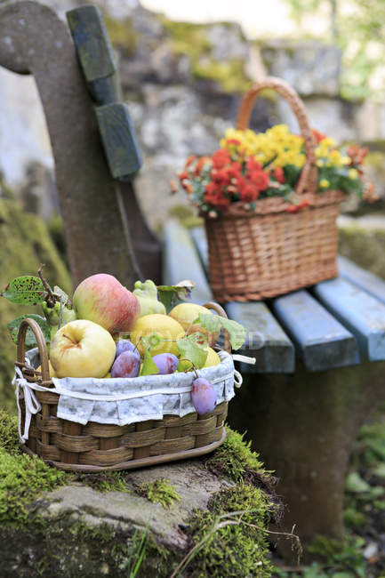 Germany, Bavaria, baskets with fresh fruits and flowers — Stock Photo