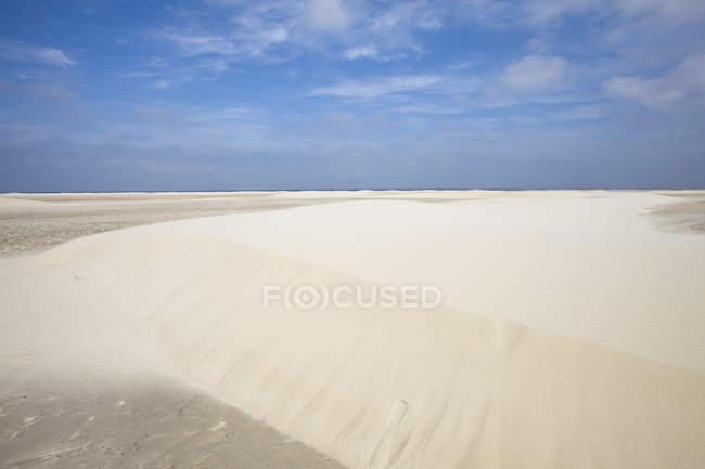 Allemagne, Basse-Saxe, Frise orientale, Borkum, Nordstrand, dunes de sable et ciel bleu — Photo de stock