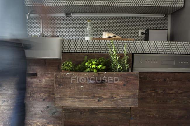 Зрелый мужчина, стоящий на кухне — стоковое фото